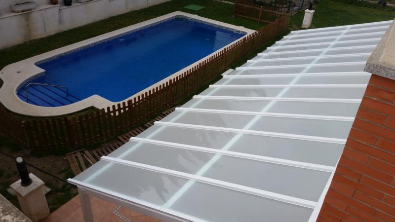 Crea un nuevo espacio en tu terraza o jardín, con el mínimo impacto visual, de fácil limpieza y manejo, con el sistema ideal de cerramiento de cristales sin perfilería vertical de MERAKI, 02